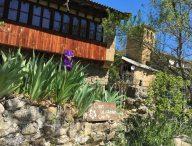 Fachada en primaveraa Casa rural pin desde su jardin
